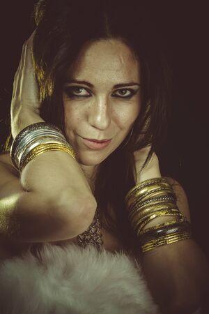 white fur: Lujo, mujer morena con piel blanca y joyas de oro