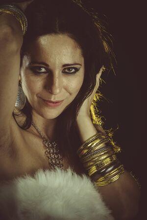 white fur: Se�ora, mujer morena con piel blanca y joyas de oro