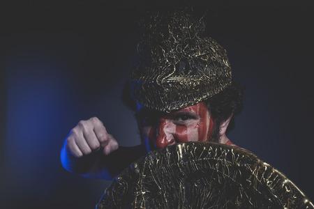 vikingo: guerrero hombre barbudo con el casco de metal y escudo, vikingo salvaje