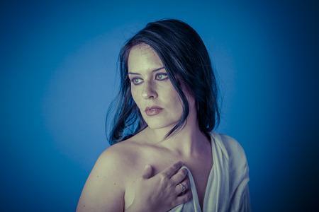 capelli lunghi: Musa greca con un velo bianco, bella donna bruna con un panno lungo