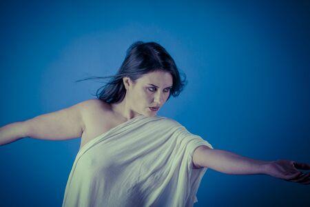 plan éloigné: Inspiration, la muse grecque avec un voile blanc, belle femme brune avec un long tissu