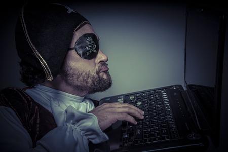 violaci�n: Violaci�n, seguridad inform�tica, vestido de pirata inform�tico pirata con el sombrero y el cr�neo