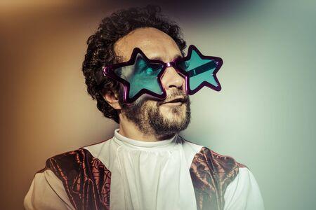 lachendes gesicht: Der Mann mit Brille und dummes Gesicht riesigen Sterne, selfie