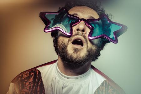 geek: Friki, hombre con gafas y est�pidas cara enormes estrellas, selfie Foto de archivo