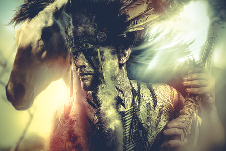 tribu: guerrero indio americano, jefe de la tribu. hombre con tocado de plumas y hacha, caballo