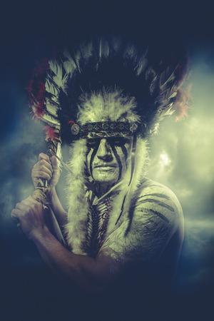 guerriero indiano: Guerriero indiano americano, capo della trib�. uomo con copricapo di piume e tomahawk, nubi