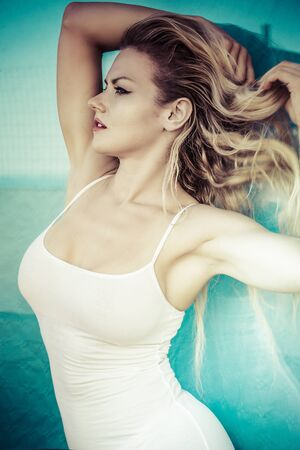Sommer, schöne Blondine kleidete in der weißen Hemdstrandumwelt an Standard-Bild - 52519789