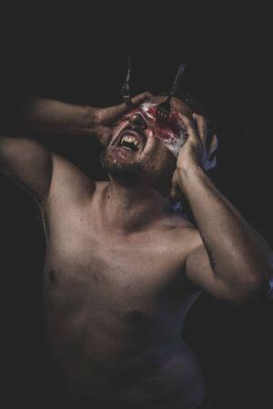 muerte: Muerte, los ojos fijos en la horquilla sangrientas hombre