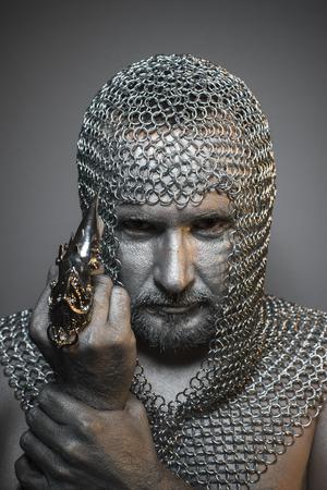 medieval: La protección, el hombre en una cota de malla de plata y cuero pintado, guerrero medieval