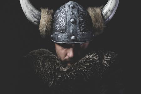 危険、鉄剣でヴァイキングの戦士と角を持つ兜 写真素材