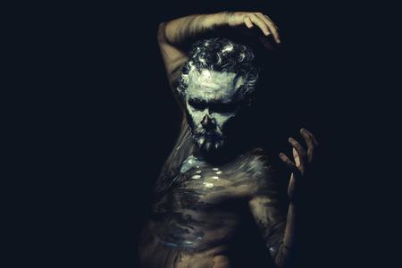 원주민, 야생의 남자, 흰색 칠한 얼굴과 전신 흑색 페인트
