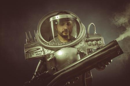 gravedad: Gravedad, astronauta con pistola de plasma y cristal casco