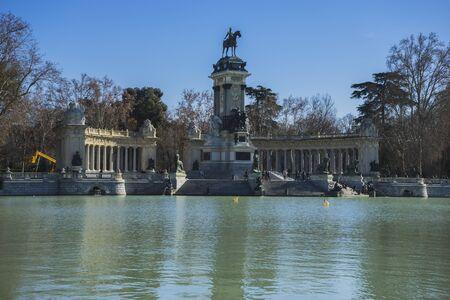 parque del buen retiro: Autumn, Lake in Retiro park, Madrid Spain