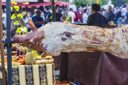 spanferkel: riesige gegrilltes Schweinefleisch Tatsache, mittelalterliche Messe in Spanien