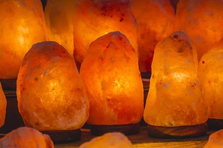 sal: lámpara decorativa y la sal energética, la sal del Himalaya Foto de archivo