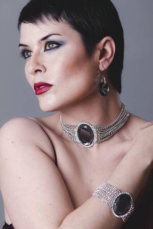 flapper: flapper bailarina con el pelo negro corto y joyas
