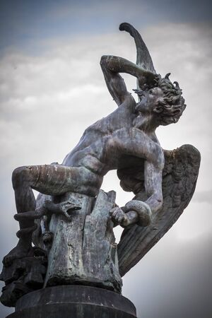 angelo caduto, figura diavolo, scultura in bronzo con doccioni demoniaci e mostri