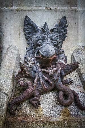 demon: figura del diablo, escultura de bronce con g�rgolas y monstruos demon�acos Foto de archivo