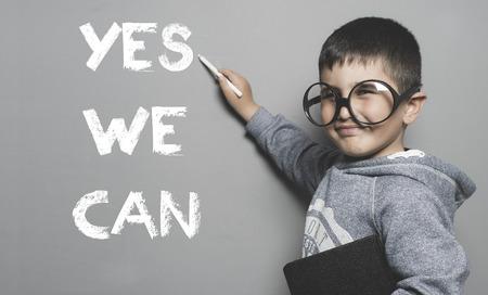 Schüler mit Brille und lustige Geste an die Tafel ja den Text schreiben wir können Standard-Bild - 52942123