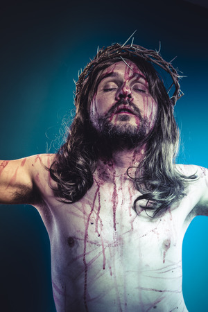 corona de espinas: Pascua de Jesucristo, hijo de Dios con la representación corona de espinas y heridas de la piel Calvario