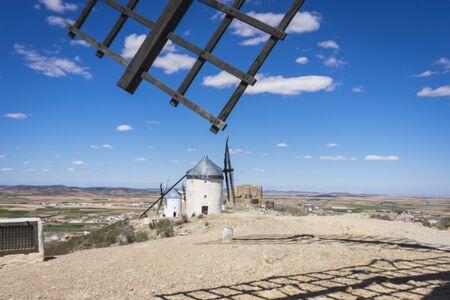don quijote: molinos de viento, molinos de cereales m�tica Castilla en Espa�a, Don Quijote, el paisaje castellano con una arquitectura muy antigua