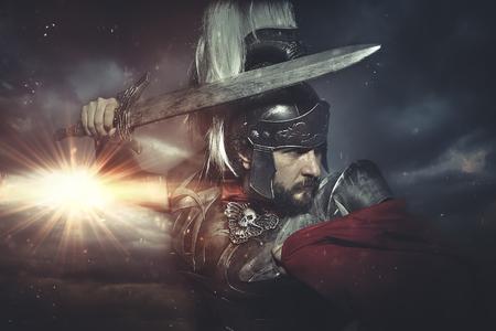 Legionair warrior helm, pantser en rode cape op een slagveld, conflict en strijd in het Romeinse Rijk