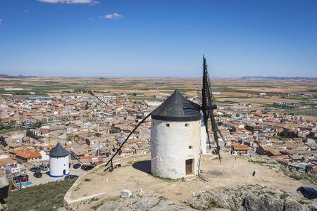 don quijote: molinos de cereales m�tica Castilla en Espa�a, Don Quijote, paisaje castellano con una arquitectura muy antigua