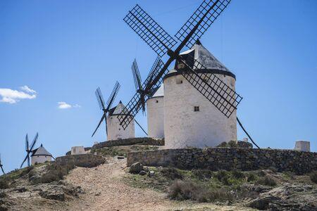 don quijote: Consuegra, molinos de cereales m�tica Castilla en Espa�a, Don Quijote, el paisaje castellano con una arquitectura muy antigua Foto de archivo