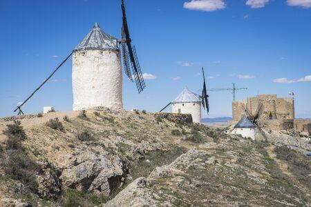 don quijote: Cervantes, molinos de cereales m�tica Castilla en Espa�a, Don Quijote, el paisaje castellano con una arquitectura muy antigua Foto de archivo