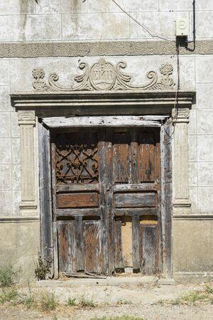 puertas de madera: viejas puertas de madera, la arquitectura antigua en el interior de Zamora, casas de piedra