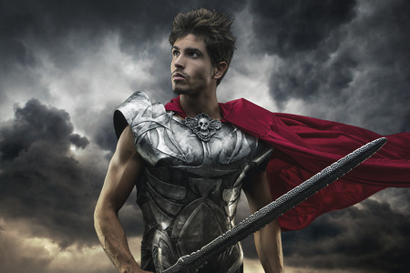 Roman Emperor with red cape and armor looking at the horizon before the battle Foto de archivo