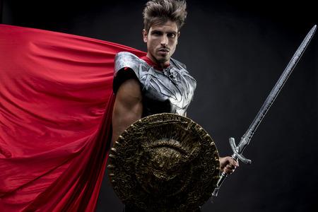 Síla, centurion nebo římský válečník s železnými obrněnými jednotkami, vojenská přilba se žíněmi a mečem