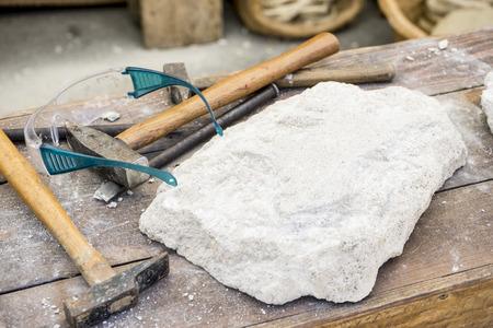 작업 장소, 전통적인 도구 조각가, 나무, 망치 및 끌 스톡 콘텐츠