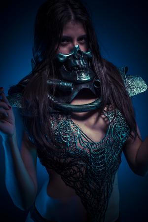 traje mexicano: Halloween party, brunette girl with metallic skull mask