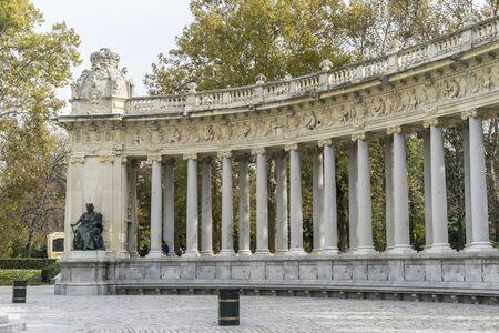 parque del buen retiro: Fountains and gardens of the royal jardin del retiro in madrid, spain
