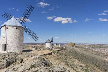 Turismo español, molinos de viento blancos para moler el trigo. Pueblo de Consuegra en la provincia de Toledo, España Foto de archivo