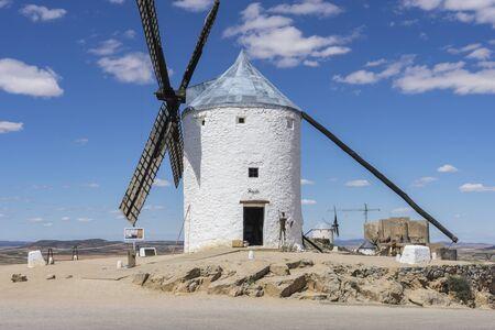 don quijote: Molinos de viento blancos para moler el trigo. Pueblo de Consuegra en la provincia de Toledo, España