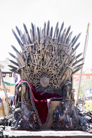 Trône de fer fait avec des épées, scène de fantaisie ou de scène. Reconstitution d'un siège médiéval Banque d'images - 71525442