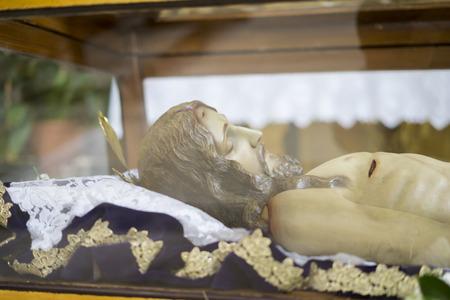 Liegen jezus christus. Heilige Week in Spanje, afbeeldingen van maagden en voorstellingen van Christus, taferelen van geloof in kerken en tempels van aanbidding van het christendom Redactioneel