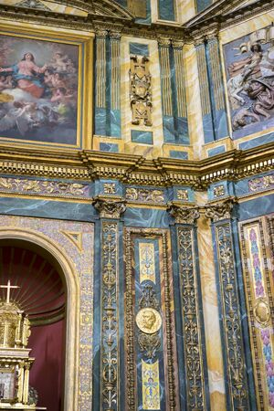 viernes santo: Altar con imágenes de oro. Semana Santa en España, imágenes de vírgenes y representaciones de Cristo, escenas de fe en iglesias y templos de adoración de la cristiandad