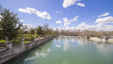 The Tajo River next to the Palace of Aranjuez. waterfalls with ducks and geese 免版税图像