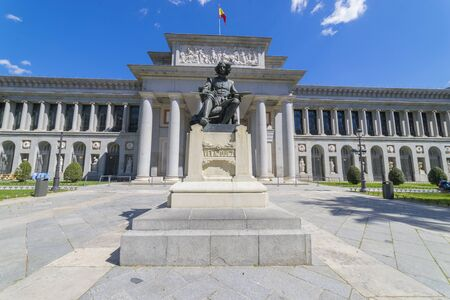 Façade principale du Musée du Prado, ancienne galerie d'art en Espagne, Madrid. Sculpture du peintre Velazquez Banque d'images - 98461073