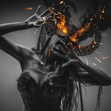 girl with eyes burning with powerful fire and red, wearing a black armor and metal horns, demon Imagens