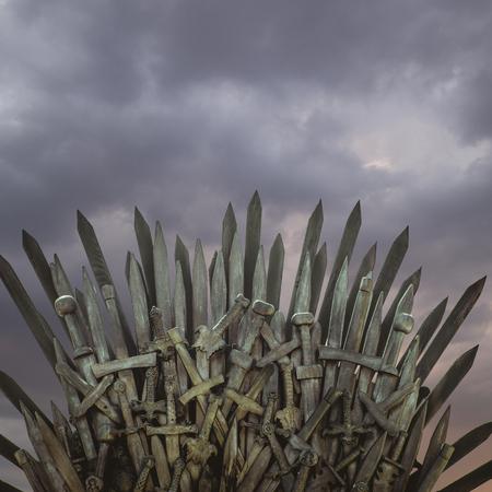 Oorlog, koninklijke troon gemaakt van ijzeren zwaarden, zetel van de koning, symbool van macht en heerschappij Stockfoto