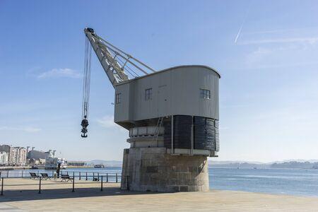 Grúa del puerto marítimo de la ciudad de Santander, La Grua de Piedra, la antigua grúa en el paseo marítimo de Santander, Cantabria, ESPAÑA
