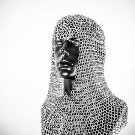 Metall, Wikingerhelm mit Kettenhemd in einem schwarzen Mannequin auf weißem Hintergrund. Kleidung für den Wikingerkrieg