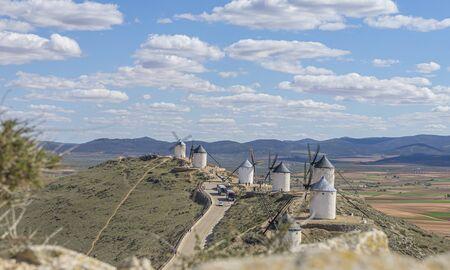 Molinos de viento blanco para moler trigo. Ciudad de Consuegra en la provincia de Toledo, España Foto de archivo