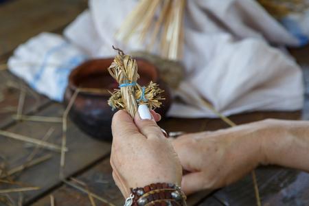 Manos de una anciana Arte popular tradicional ruso
