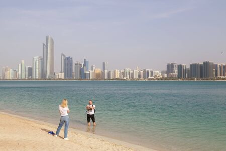ABU DHABI, UAE, JANUARY 10, 2019: Tourists are on the bay Redactioneel
