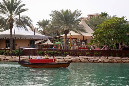 DUBAI, UAE, JANUARY 13, 2019: A traditional wooden boat with tourists in Madinat Jumeirah Redactioneel